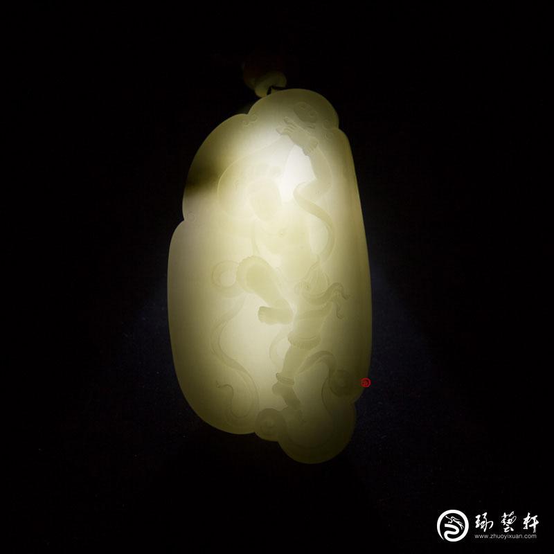 【琢藝軒】穆宇靜 新疆和田玉黃皮白玉籽玉玉牌 飛天 95.2克