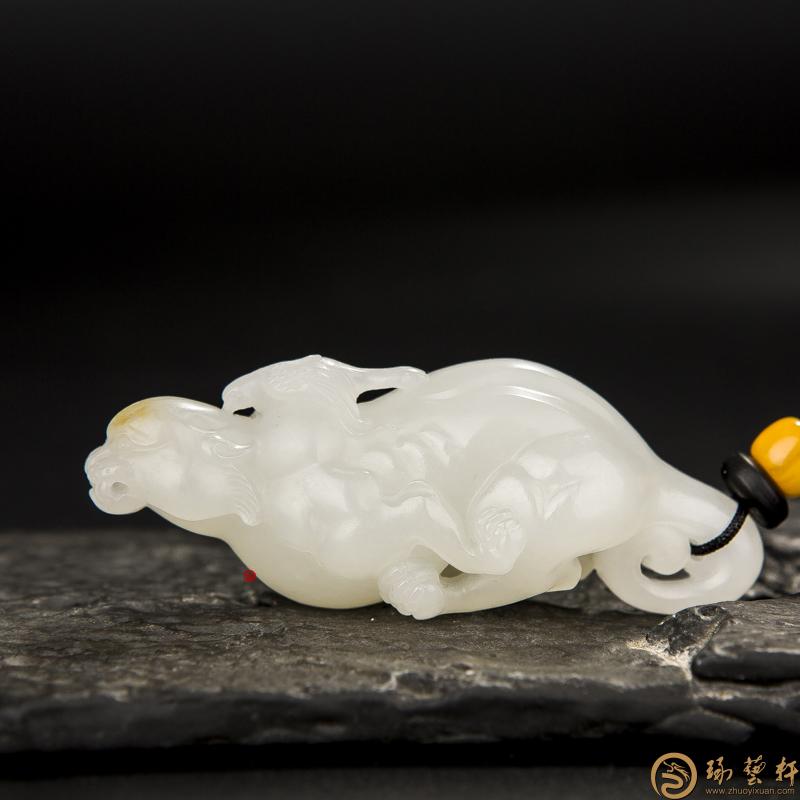 【琢艺轩】新疆和田黄皮一级白籽玉挂件 报喜 39克