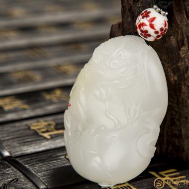 【琢藝軒】新疆和田灑金皮一級白玉籽玉掛件 抬頭見喜 25.4克